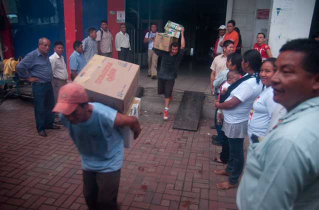 Carrying the boxes with case files to the Quito court